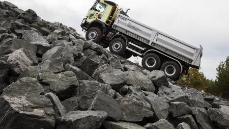 """""""Volvo Trucks"""" ir stipriausias pasaulio žmogus bandys iš vietos pajudinti sunkiausią pasaulyje krovinių sąstatą"""
