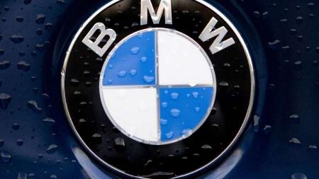 Lietuvos vardą pasaulyje garsinti pasiryžusiam keliautojui Tadui Gelžiniui įteikti BMW motociklo rakteliai